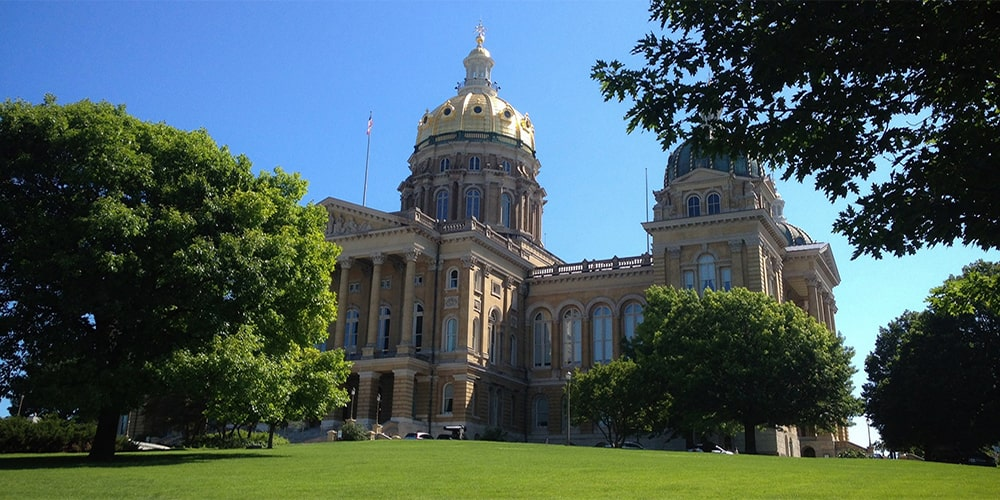 image of the state capitol building in Des Moines Iowa